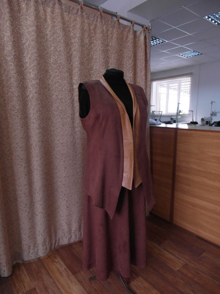 костюм из искусственной замши