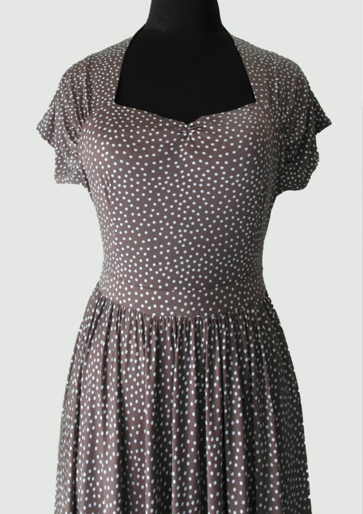 Платье в горошек , драпировка