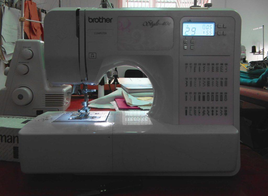 Бытовая швейная машинка пригодная для использования в небольшом ателье