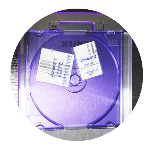 Машинные иглы в коробке от дисков